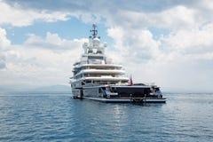 Luksusowy wielki super lub mega motorowy jacht w błękitnym morzu Fotografia Stock