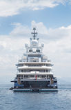 Luksusowy wielki super lub mega motorowy jacht w błękitnym morzu Zdjęcie Stock