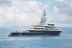 Luksusowy wielki super lub mega motorowy jacht w błękitnym morzu Obrazy Stock