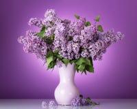 Luksusowy wiosna bukiet w wazie na bzie zdjęcie royalty free