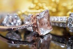 Luksusowy złocisty biżuteria diament i menchia topazowi pierścionki obrazy royalty free