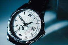 Luksusowy zegarek na błękitnym tle Zdjęcie Stock