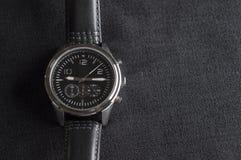 Luksusowy zegarek na szarość zdjęcia stock