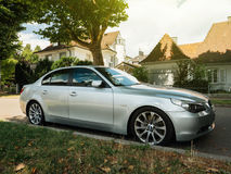 Luksusu BMW nieruchomości furgonu srebny samochód perked w niemieckim mieście Zdjęcie Stock