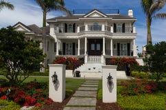 Luksusu dom otaczający z czerwonymi kwiatami Fotografia Royalty Free