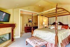 Luksusu domowy wnętrze. Piękny łóżko z wysokimi poczta obraz stock
