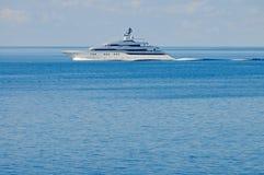 Luksusu motorowy jacht przy otwartym morzem Zdjęcia Royalty Free