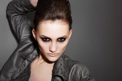 Luksusu rockowa kobieta z mody wieczór makijażem Fotografia Royalty Free