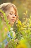 Lukta blommor för härlig caucasian flicka Arkivbilder
