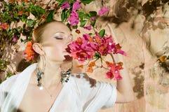 Lukta blommor för härlig kvinna Royaltyfri Foto