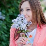 Lukta blommor för härlig lycklig ung kvinna Royaltyfri Fotografi