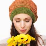 Lukta blommor för härlig ung kvinna Royaltyfri Foto