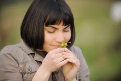 Lukta blommor för kvinna Royaltyfri Bild