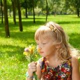 Lukta blommor för liten flicka Royaltyfri Bild