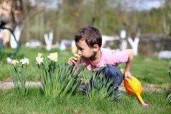 Lukta den pojken blommor Royaltyfria Foton