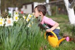 Lukta den pojken blommor Arkivbilder