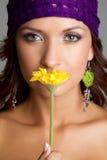 lukta kvinna för blomma royaltyfria bilder