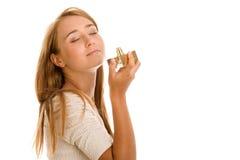 lukta kvinna för doft royaltyfria bilder