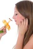 lukta kvinna för härlig blomma arkivfoto