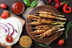 Lula-kebaben är en traditionell Caucasian kötträtt Chopped stekte kött på steknålar royaltyfria bilder