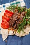 Lule-Kebabs über blauer Tischplatte lizenzfreies stockbild