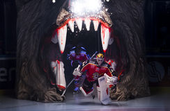 Lulea, Suède - 18 mars 2015 Joel Lassinantti (hockey de #34 Lulea) entre dans la glace dedans Photo stock