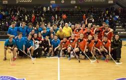 Lulea Sverige - Juni 4, 2015 Kamratskaplek i floorball mellan Lulea hockey och IBK Lulea Lagfoto efter leken Arkivfoto