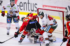 Lulea Sverige - mars 18, 2015 Christoffer Persson (indier för #46 Frolunda) dubbelcheckar Lennart Petrell (hockey för #32 Lulea)  Arkivbilder