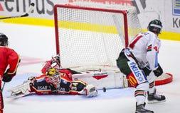 Lulea Sverige - mars 18, 2015 Joel Lassinantti (hockey för #34 Lulea) gör en stor räddning! Svensk hockeyLiga-lek, mellan Lulea arkivfoton