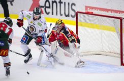 Lulea Sverige - mars 18, 2015 Joel Lassinantti (hockey för #34 Lulea) har en tuff tid i det netto Svensk hockeyLiga-lek, royaltyfri foto