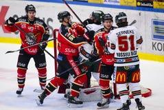 Lulea Sverige - mars 18, 2015 Kristian Nakyva (hockey för #51 Lulea) stridighet med Joel Lundqvist (indier för #20 Frolunda) unde Arkivfoton