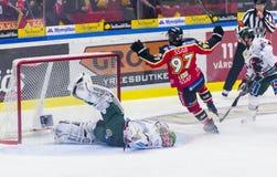 Lulea Sverige - mars 18, 2015 Per Ledin (hockey för #97 Lulea) ställningar! Svensk hockeyLiga-lek, mellan Lulea hockey och Frolun Fotografering för Bildbyråer
