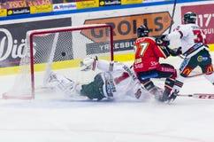 Lulea Sverige - mars 18, 2015 Per Ledin (hockey för #97 Lulea) ställningar! Svensk hockeyLiga-lek, mellan Lulea hockey och Frolun Arkivfoton