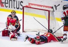 Lulea, Svezia - 18 marzo 2015 Punteggi di Mattias Janmark (indiani di #10 Frolunda)! Lega-gioco svedese dell'hockey, fra l'hockey Fotografia Stock Libera da Diritti