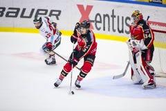 Lulea Szwecja, Marzec, - 18, 2015 Dziekan Kukan obchodzi się krążek hokojowego podczas Szwedzkiej Hokejowej gry między Lule, (-2  Fotografia Royalty Free