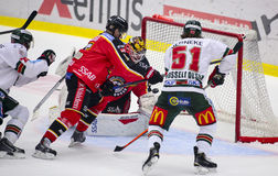 Lulea Szwecja, Marzec, - 18, 2015 Joel Lassinantti łapie krążek hokojowego podczas Szwedzkiej Hokejowej gry, betwee (-34 Lulea ho Zdjęcie Stock