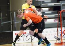 Lulea, Zweden - Juni 4, 2015 Vriendschapsspel in floorball tussen Lulea-Hockey en IBK Lulea Van Joel Wadsten (IBK Lulea) de score Royalty-vrije Stock Afbeeldingen