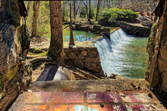 Lullwater vattenfallutskov till och med ett fönster Royaltyfria Bilder
