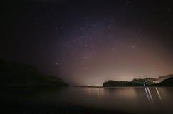 Lulworth小海湾和夜空 库存照片