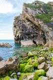 Lulworth Cove Dramatic Cliffs and Mossy Atlantic Ocean Pebble Be royalty free stock photography
