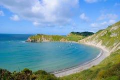 Lulworth Covefjärd Dorset med blåttskyen Royaltyfri Foto