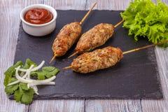 Lulya-Kebab Kebab auf einem Stock, Hackfleisch Traditioneller kaukasischer Teller Mit grünem Salat Ketschup, Gewürze Lizenzfreie Stockfotografie
