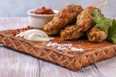 Lulya-Kebab Kebab auf einem Stock, Hackfleisch Traditioneller kaukasischer Teller Mit grünem Salat Ketschup, Gewürze Stockfotografie