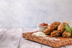 Lulya-Kebab Kebab auf einem Stock, Hackfleisch Traditioneller kaukasischer Teller Mit grünem Salat Ketschup, Gewürze Stockfoto