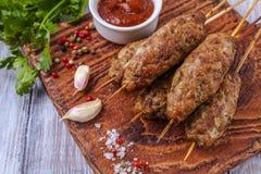 Lulya-Kebab Kebab auf einem Stock, Hackfleisch Traditioneller kaukasischer Teller Mit grünem Salat Ketschup, Gewürze Lizenzfreies Stockbild