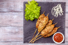 Lulya-Kebab Kebab auf einem Stock, Hackfleisch Traditioneller kaukasischer Teller Mit grünem Salat Ketschup, Gewürze Lizenzfreie Stockbilder
