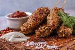 Lulya-kebab Kebab en un palillo, carne picadita Plato caucásico tradicional Con la ensalada verde, salsa de tomate, especias Imagen de archivo libre de regalías