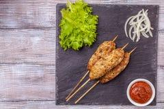 Lulya-kebab Kebab en un palillo, carne picadita Plato caucásico tradicional Con la ensalada verde, salsa de tomate, especias Fotos de archivo libres de regalías