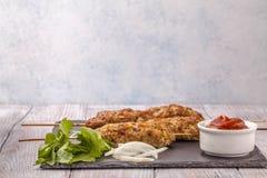 Lulya-kebab Kebab en un palillo, carne picadita Plato caucásico tradicional Con la ensalada verde, salsa de tomate, especias Imagenes de archivo