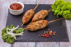 Lulya-kebab Kebab op een stok, gehakt Traditionele Kaukasische schotel Met groene salade, ketchup, kruiden Royalty-vrije Stock Fotografie